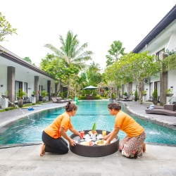 Hotel pool floting brekfast Ubud