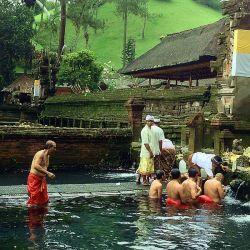 800px-Pura_Tirta_Empul,_Ubud,_Bali,_Indonesia
